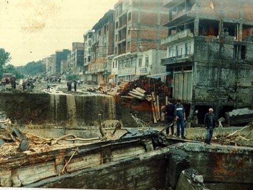1990 SEL FELAKETİNDEN GÖRÜNTÜLER galerisi resim 11