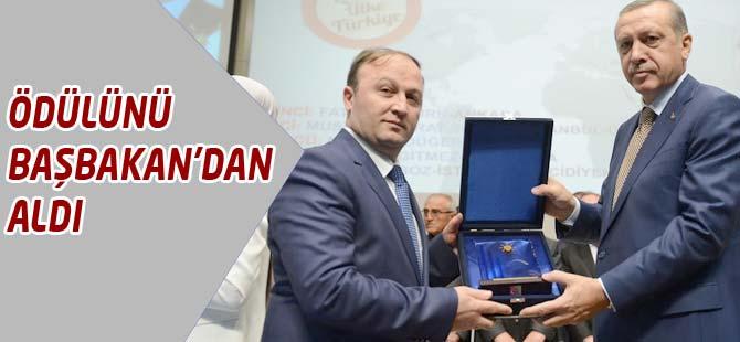 Ödülünü Başbakan Recep Tayyip Erdoğan'ın elinden aldı.
