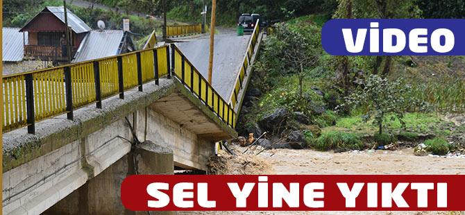 Söğütlü deresinin yükselmesi ile tarihi bir köprü yıkıldı. VİDEO