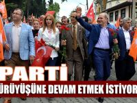 AK Parti, Akçaabat'ta seçim yürüyüşü yaptı.