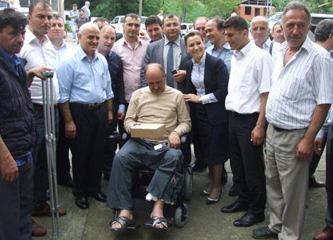 ak-parti-il-yoneticisi-leyla-yavuz,-chp-adacik-belde-baskani'na-tekerlekli-sandalye-hediye-etti..20130530143904.jpg