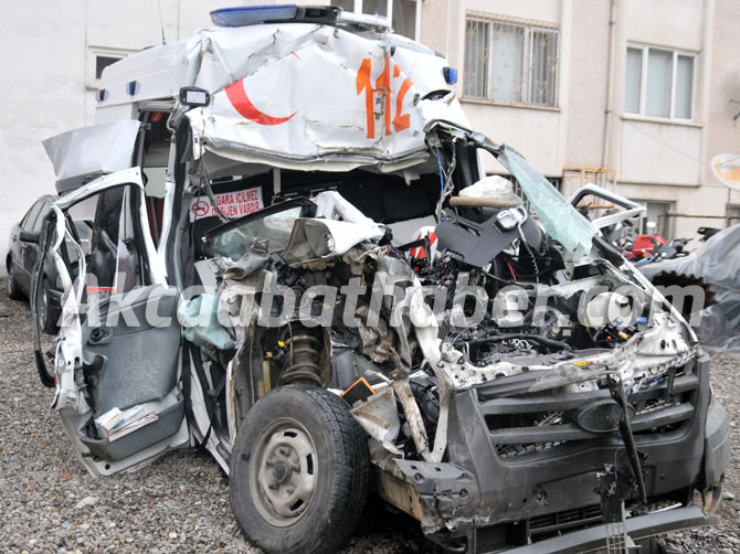 trabzon'da-hasta-tasiyan-ambulans-kaza-yapti,-1-kisi-oldu,-3-kisi-de-yaralandi.4.jpg