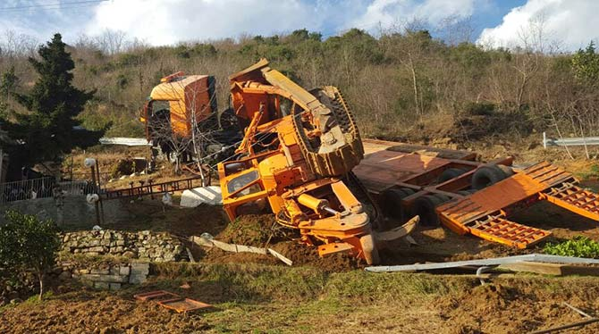trabzonda-is-makinesi-tasiyan-kamyon-devrildi.jpg