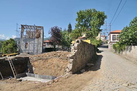 trabzonun-akcaabat-ilcesinde-bulunan-tarihi-ortamahalle-evlerinin-restore-edilerek-restoran-ve-konaklama-tesisleri-olarak-turizme-kazandirilacak..1.jpg
