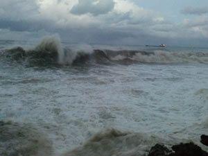 Akçaabat'ta dev dalgalar oluştu