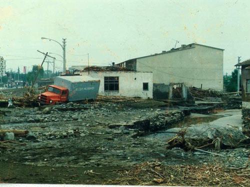 1990 SEL FELAKETİNDEN GÖRÜNTÜLER galerisi resim 12