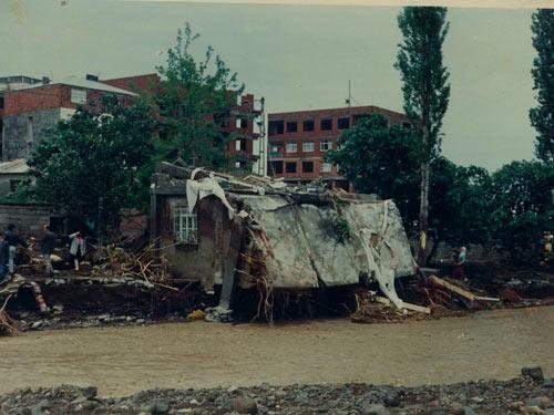 1990 SEL FELAKETİNDEN GÖRÜNTÜLER galerisi resim 2