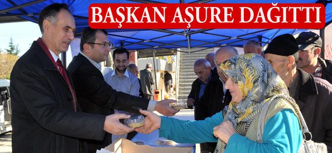 Akçaabat Belediye Başkanı Türkmen aşure dağıttı