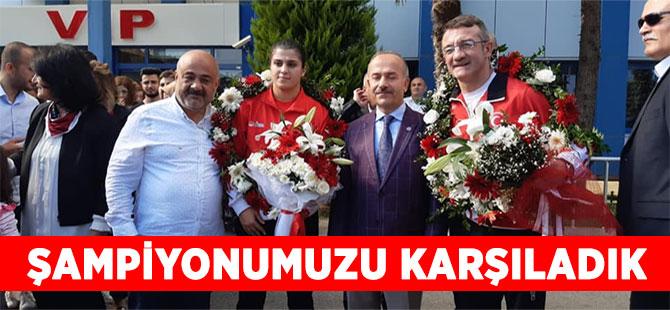 Dünya Şampiyonu Busenaz Sürmeneli Trabzon'da Coşkuyla Karşılandı.