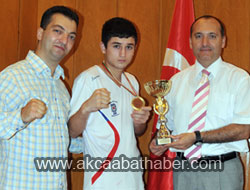 Kaymakam Özkan, Şampiyon Boksörü Kabul Etti