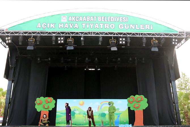 akcaabat-acikhava-tiyatro-gunleri1.jpg